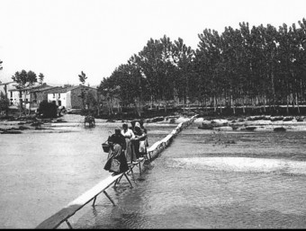 Hostalric. At the end of the XVIII century women crossing the Tordera river.  Foto:ARCHIVE