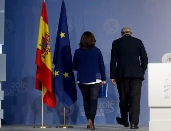 Sáenz de Santamaría and Fernández Díaz walk out after announcing the results of the general election on December 20.  Foto:ÁNGEL DÍAZ / EFE