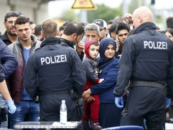 Police officers watch as migrants are taken off a train at a border station in Freilassing, Germany Foto:D.E. / REUTERS