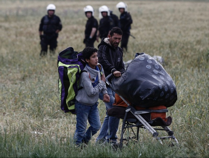 A migrant family carries its belongings during the evacuation of the camp Foto:Y KOLESIDIS