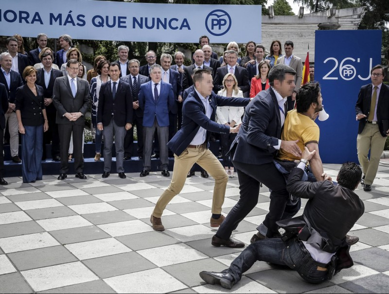 Mariano Rajoy's bodyguards tackle a protester at the event to present the PP lead candidates yesterday Foto:E. NARANJO/EFE
