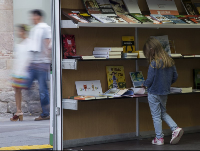 A young girl browses on of the book stands at last year's edition of the book fair.  Photo:ALBERT SALAMÉ