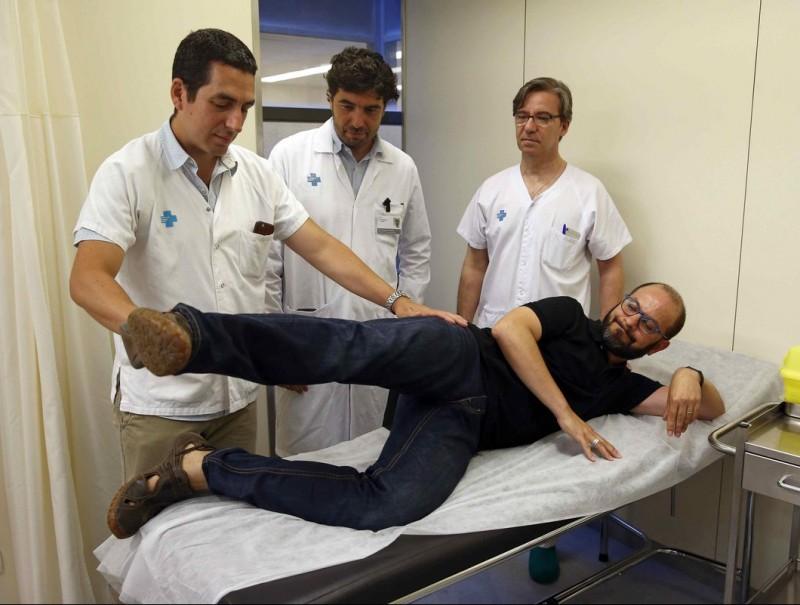 Surgeon Roberto Vélez with his patient. Foto:VALL D'HEBRON